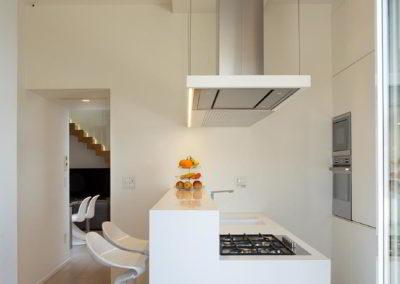 Officine Architetti Napoli_Violetta House_penisola cucina con snack