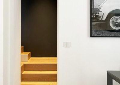 Officine Architetti Napoli_casa Pitloo - scala legno e parete nera
