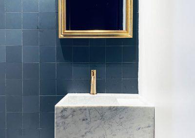 bagno con lavello in marmo